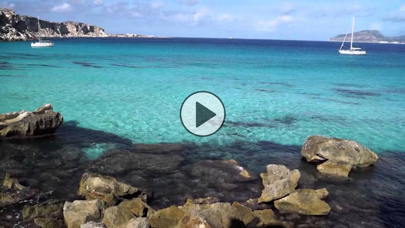 Matrimonio Spiaggia Favignana : Non siamo ai tropici questo mare azzurro si trova a cala